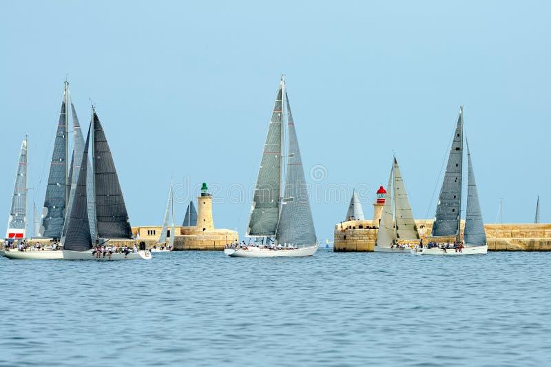 Raza de yate de la navegación yachting Yates de la navegación en el mar imágenes de archivo libres de regalías