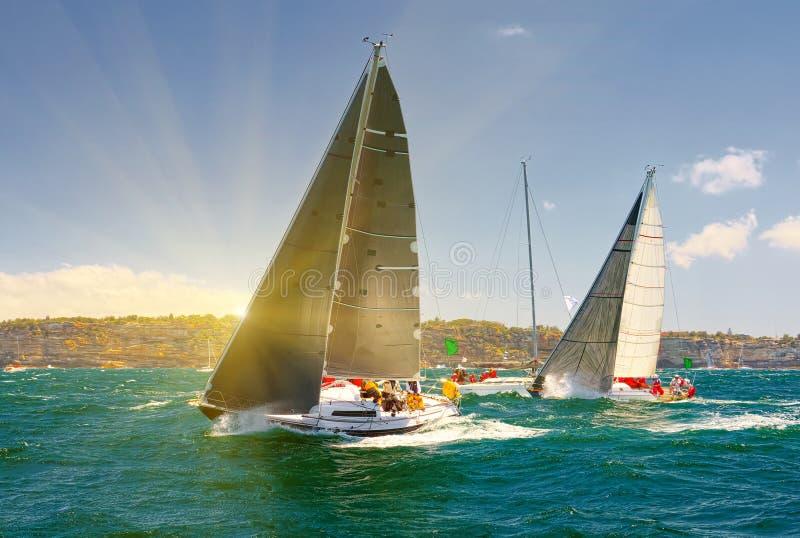 Raza de yate de la navegación yachting Yates de la navegación en el mar imagen de archivo libre de regalías