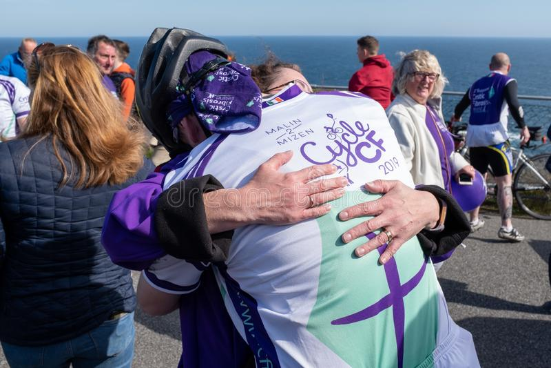 Raza del ciclo de la obtenci?n de fondos de la fibrosis qu?stica, mayo, 12, 2019: El espectador abraza a un jinete en el final de imagen de archivo
