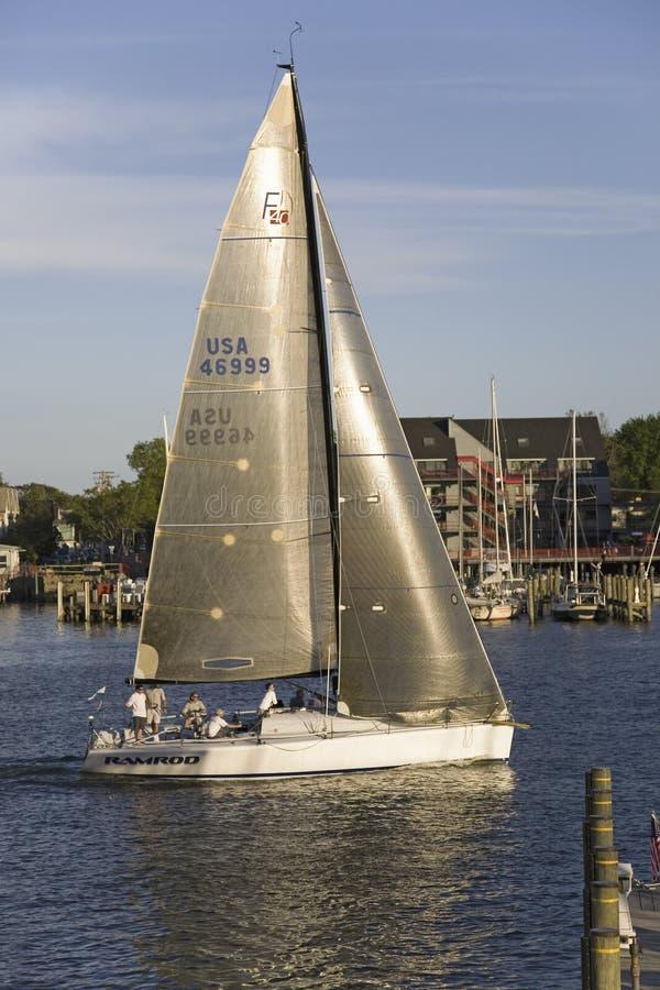 Raza del velero en el club náutico en Annapolis fotos de archivo libres de regalías