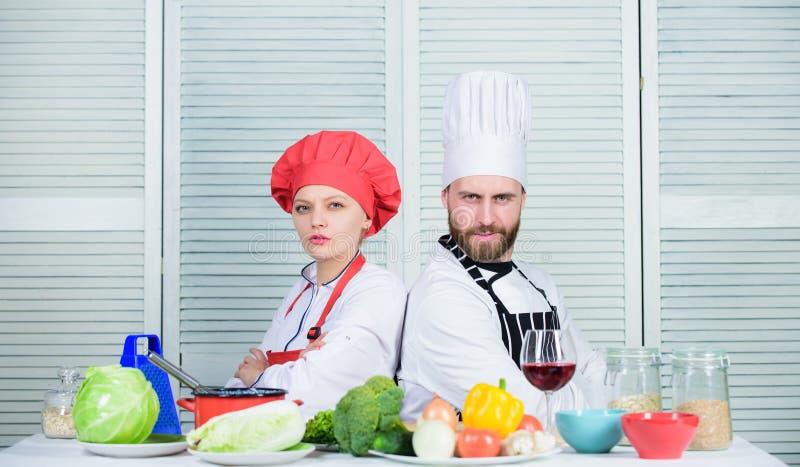 Razones por las que pares que cocinan junto El cocinar con su cónyuge puede fortalecer relaciones mujer y hombre barbudo imagenes de archivo