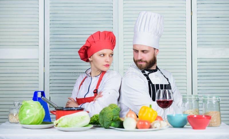 Razones por las que pares que cocinan junto El cocinar con su c?nyuge puede fortalecer relaciones ?ltimo desaf?o de cocinar foto de archivo