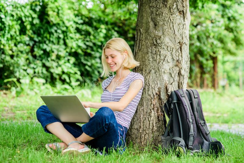Razones por las que usted debe tomar su exterior del trabajo El tiempo del almuerzo se relaja o el descanso para tomar café La na imagen de archivo