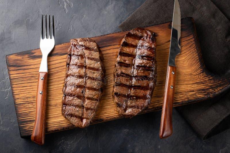 Razze da carne pronte da mangiare della lama della cima della bistecca del primo piano di Angus nero con il pomodoro della grigli fotografie stock libere da diritti