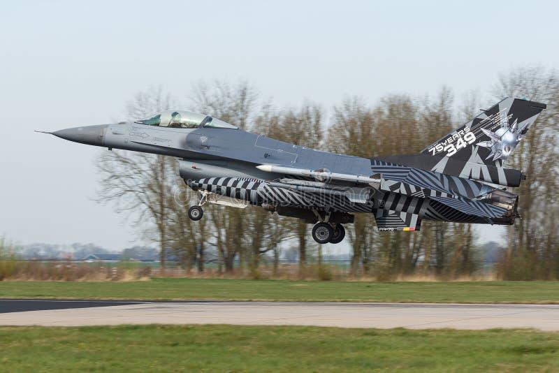 RBAF F-16 mit spezieller Endstückkunstlandung an der Frisian-Flagge lizenzfreies stockfoto