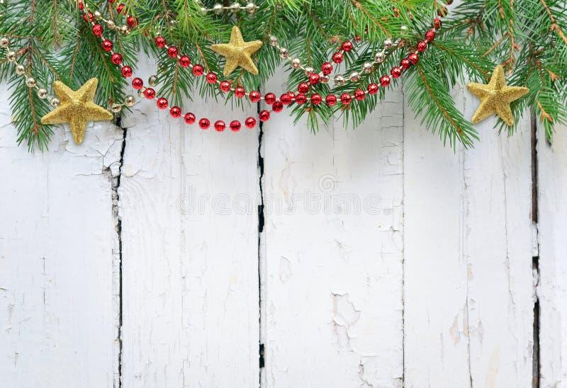 ?rbol de abeto de la Navidad con la decoraci?n en un tablero de madera imagen de archivo
