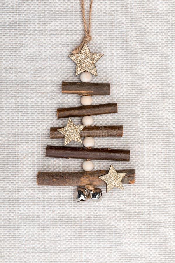 ?rbol de navidad de madera hecho a mano hermoso en fondo ligero del pa?o fotografía de archivo