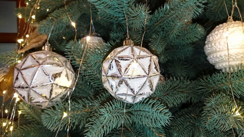 ?rbol de navidad maravillosamente adornado Fondo del d?a de fiesta imagenes de archivo
