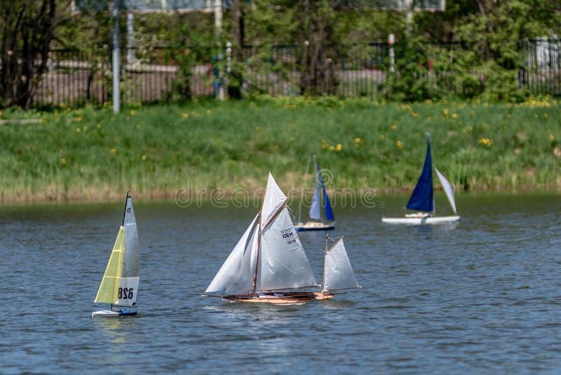 RC标度航行在竞争的模型船 免版税库存照片