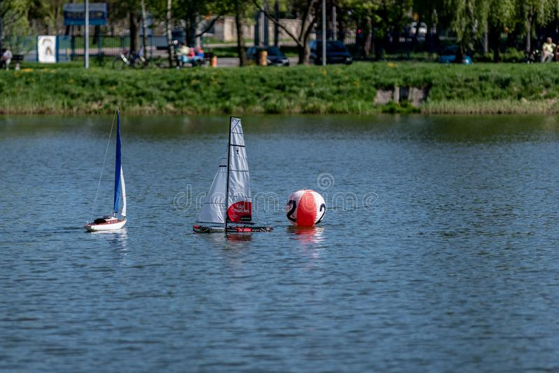 RC标度航行在竞争的模型船 库存照片