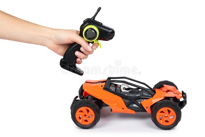 RC模型集会,有遥控手中的路儿童车 隔绝在白色背景,喜悦和乐趣炫耀 免版税库存图片