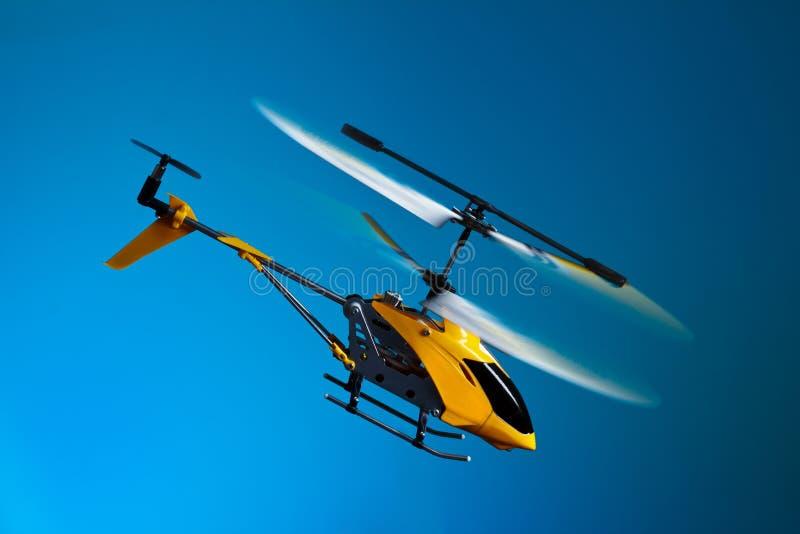 RC-helikopter på flyg royaltyfria bilder