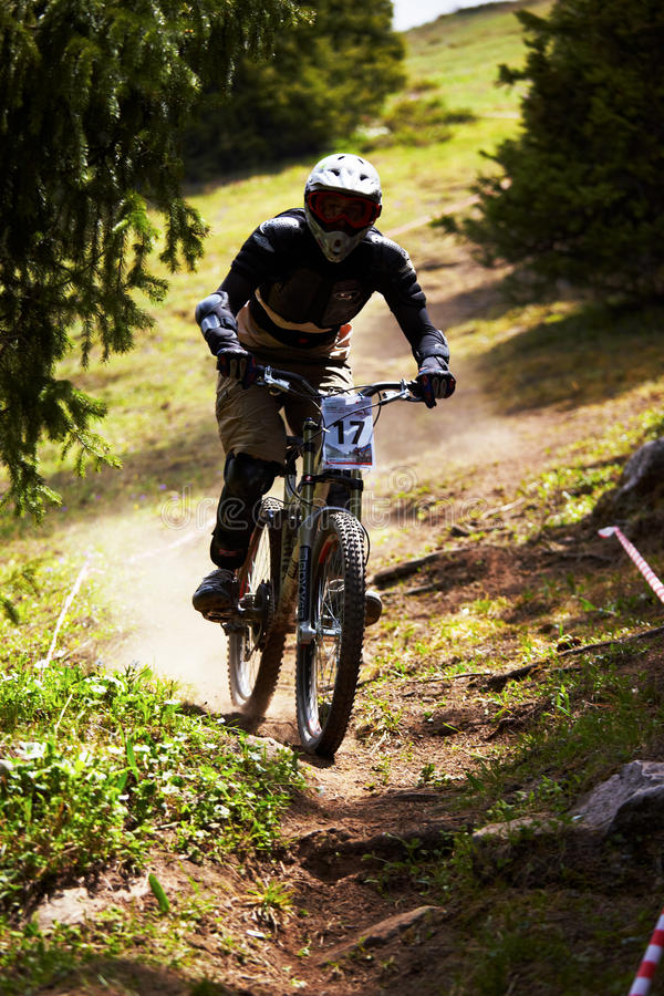 rce in discesa della montagna del motociclista fotografie stock