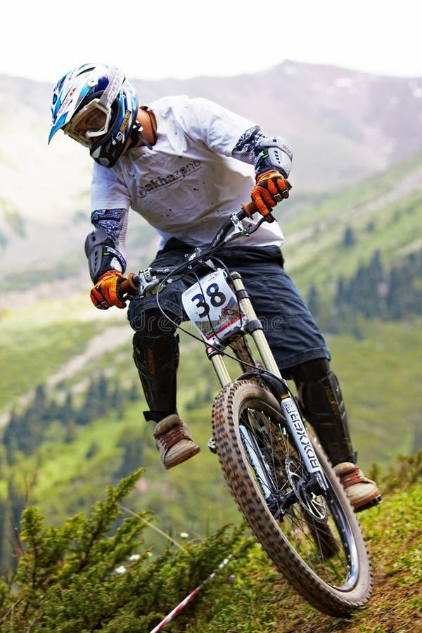 rce in discesa della montagna del motociclista immagine stock