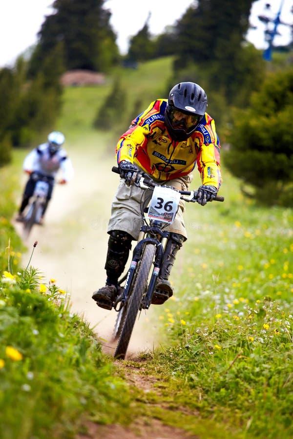 rce in discesa della montagna del motociclista fotografia stock libera da diritti