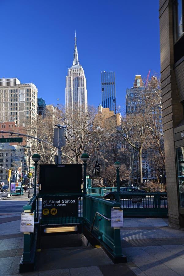 23rd gatagångtunnelingång och sikt av Empire State Building New York City NY, USA royaltyfri bild