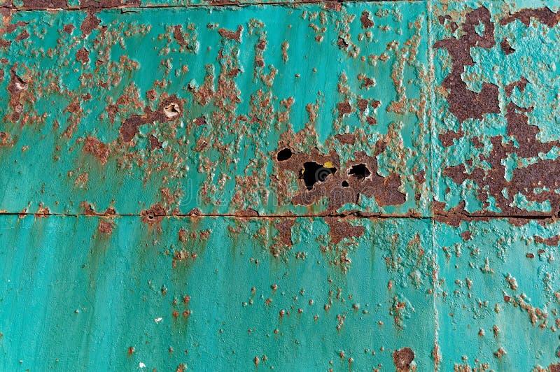 Rdza tworzył dziury w metalu drzwi fotografia stock