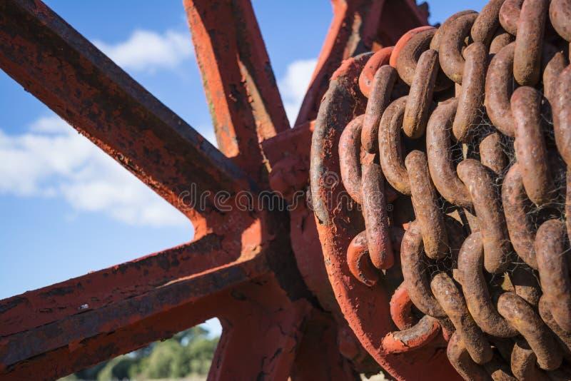 Rdzewieć łańcuchy na Starym dźwigniku zdjęcie stock