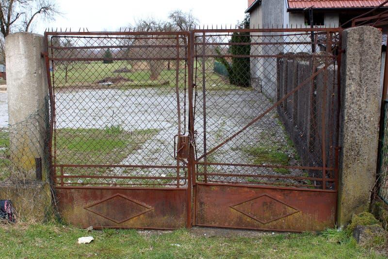 Rdzewieć podwórko metal blokować bramy fotografia royalty free