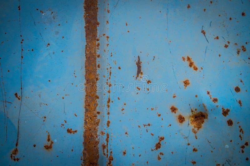 Rdzewiejąca błękit malująca metal ściana rusty metalowe tło obrazy stock