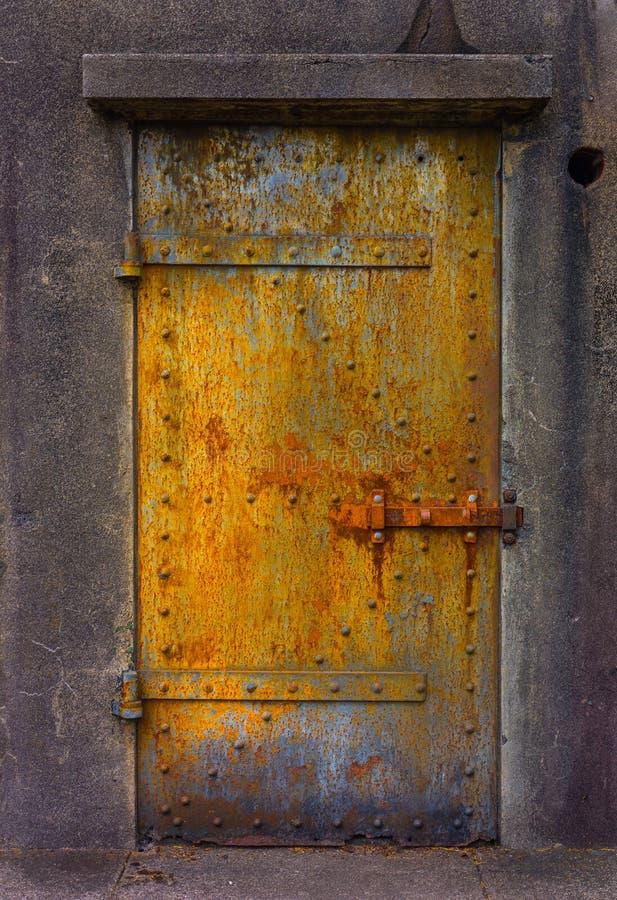 Rdzewiejący metalu drzwi przy fortu Stevens wojskowego bunkierem obrazy royalty free