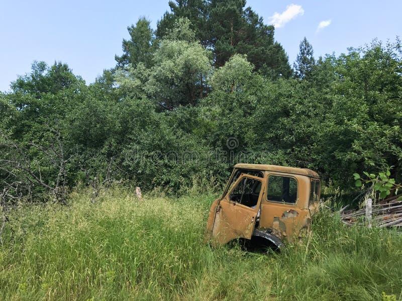 Rdzewiejąca, porzucająca ciężarówka w Ukraińskiej wsi blisko Chernobyl, zdjęcie stock