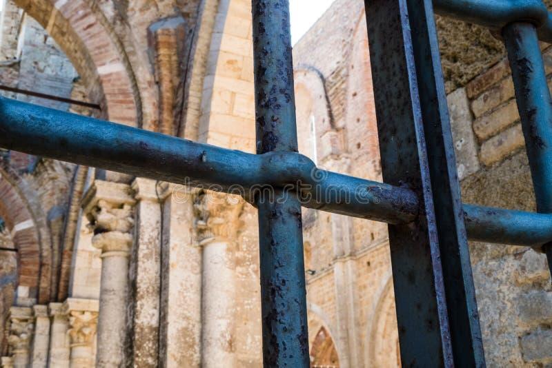Rdzewiejący żelaza ogrodzenie San Galgano katedra w Tuscany, fotografia stock