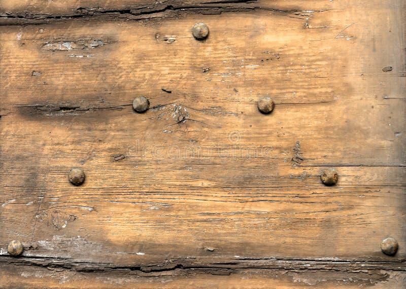 Rdzewiejący gwoździe w drewnie obrazy stock