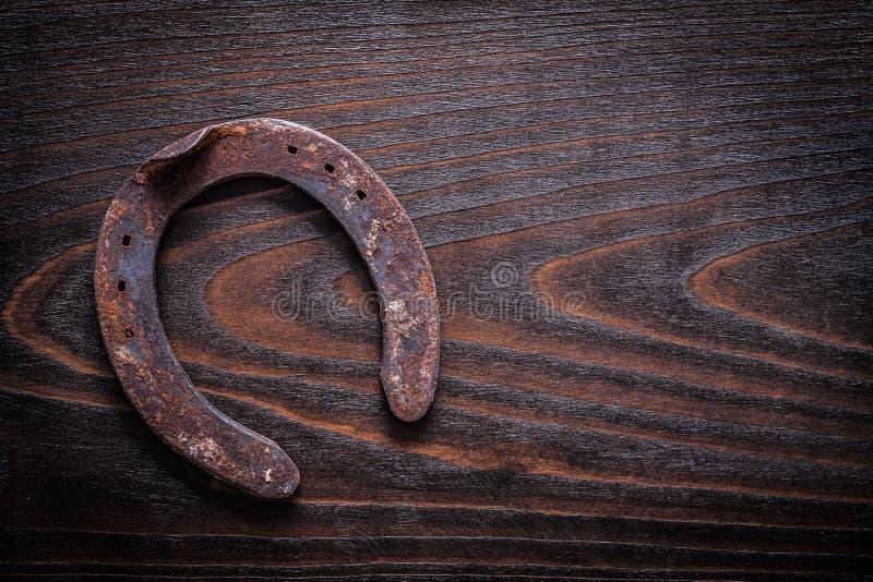 Rdzewiejący przestarzały horsehoe na rocznika drewna deski kopii ciemnej przestrzeni ja obraz royalty free