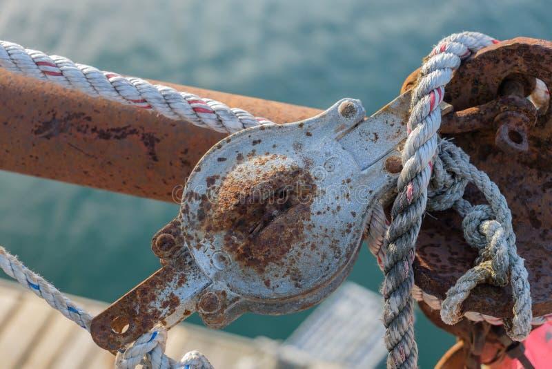 Rdzewiejący saltwater pulley i starą arkaną na pracującym homara boa zdjęcie royalty free