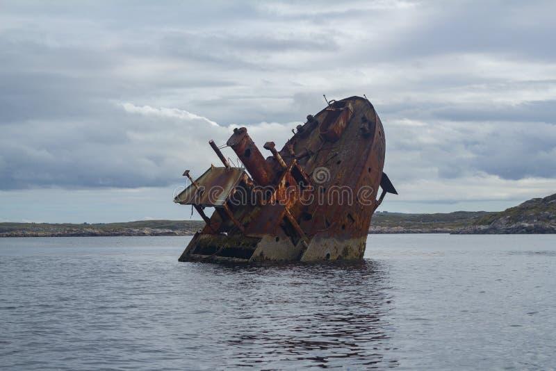 Rdzewiejący Shipwreck w Frøya, Norwegia - fotografia stock