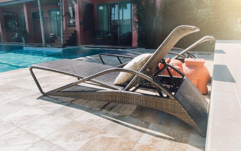 Reúna la cama en piscina del centro turístico del hotel - filtre el efecto fotografía de archivo libre de regalías