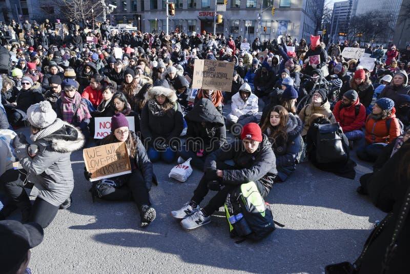 Reúnase contra la prohibición musulmán del ` s de Donald Trump en Toronto imágenes de archivo libres de regalías