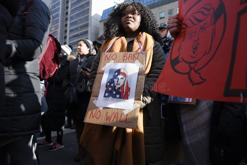 Reúnase contra la prohibición musulmán del ` s de Donald Trump en Toronto imagen de archivo libre de regalías