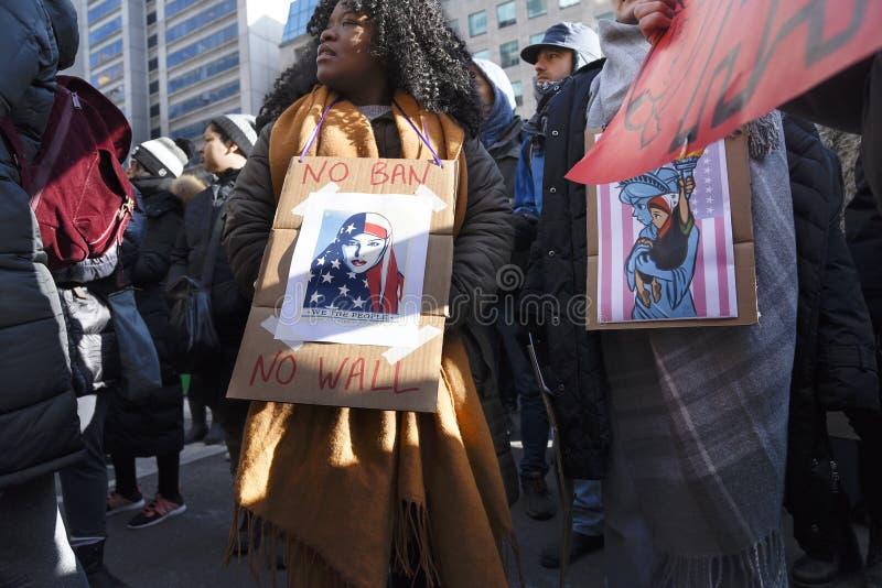 Reúnase contra la prohibición musulmán del ` s de Donald Trump en Toronto fotografía de archivo