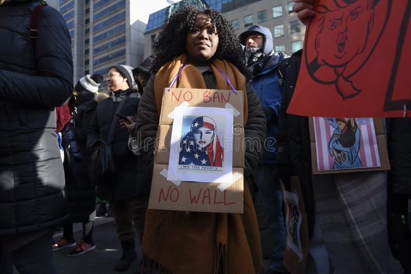 Reúnase contra la prohibición musulmán del ` s de Donald Trump en Toronto fotos de archivo libres de regalías