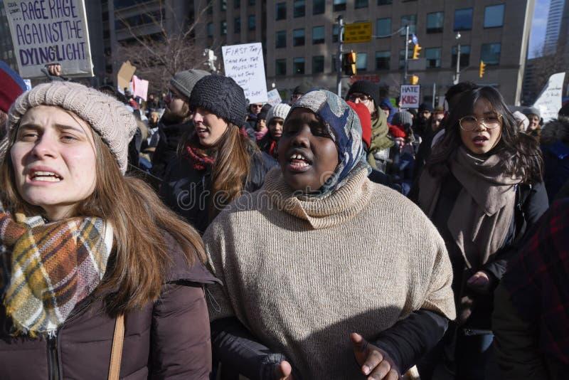 Reúnase contra la prohibición musulmán del ` s de Donald Trump en Toronto fotos de archivo