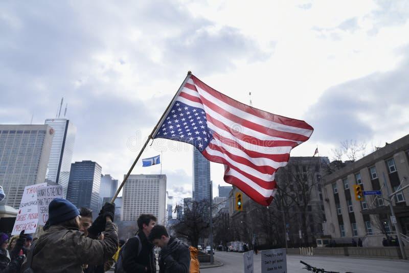 Reúnase contra la prohibición musulmán del ` s de Donald Trump en Toronto imagenes de archivo
