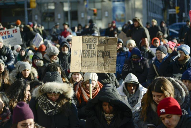 Reúnase contra la prohibición musulmán del ` s de Donald Trump en Toronto foto de archivo