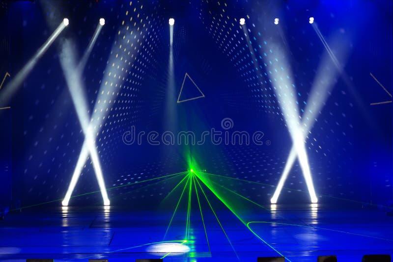 Reżyseruje światło reflektorów z Laserowymi promieniami w koncercie obraz royalty free