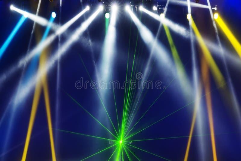 Reżyseruje światło reflektorów z Laserowymi promieniami w koncercie obrazy royalty free