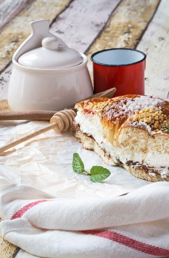 Re agglutinano con crema, caffè e la menta, swee tradizionale spagnolo immagine stock