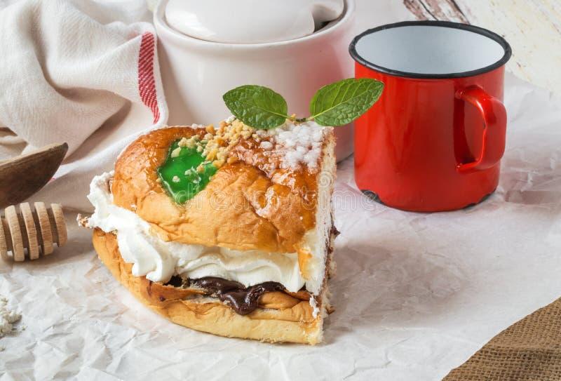Re agglutinano con crema, caffè e la menta, swee tradizionale spagnolo fotografie stock libere da diritti