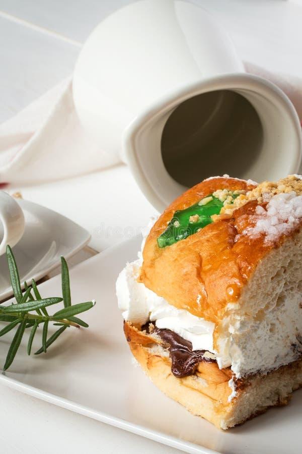 Re agglutinano con crema, caffè e la menta, swee tradizionale spagnolo fotografia stock libera da diritti