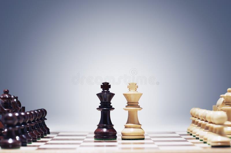 Re del gioco di scacchi due nel centro del bordo che altri pezzi hanno allineato fotografia stock