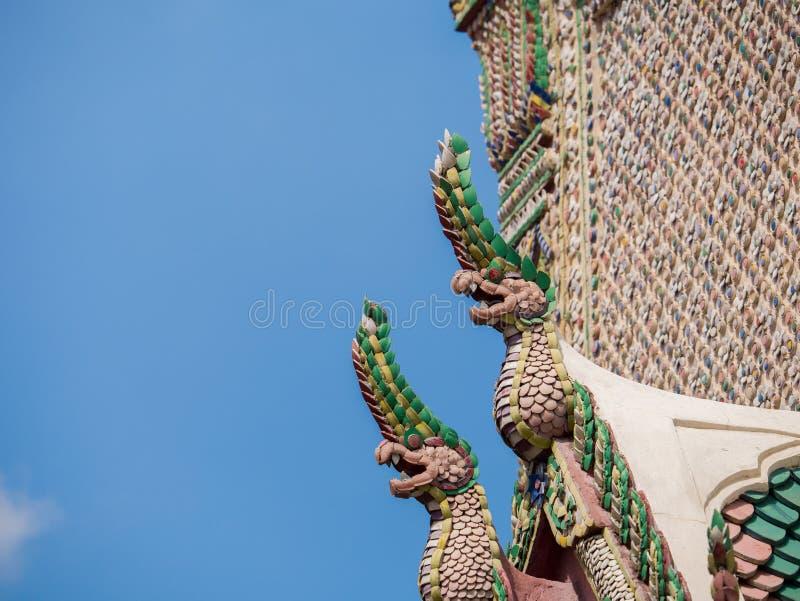 Re della statua dei nagas davanti al tempio di buddismo immagine stock libera da diritti