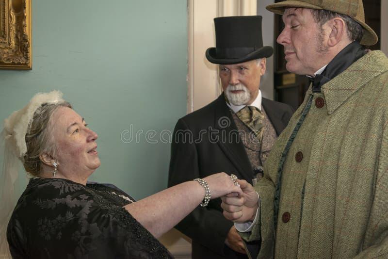 Re-enactor habillé comme la Reine Victoria rencontre un homme habillé en tant que image libre de droits