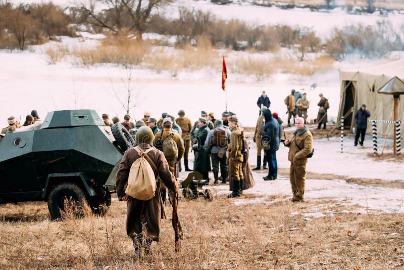 Re-enactor vestida como soldado ruso soviético Of World War de la infantería del ejército rojo Ii va al grupo de re-enactors situ imagen de archivo libre de regalías