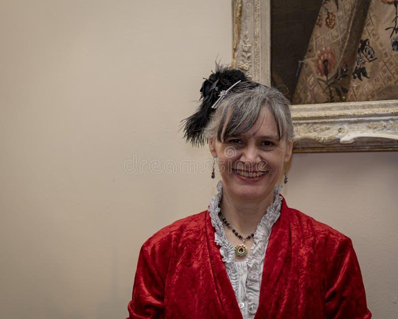 Re-enactor vestidos de la señora en un rojo foto de archivo libre de regalías