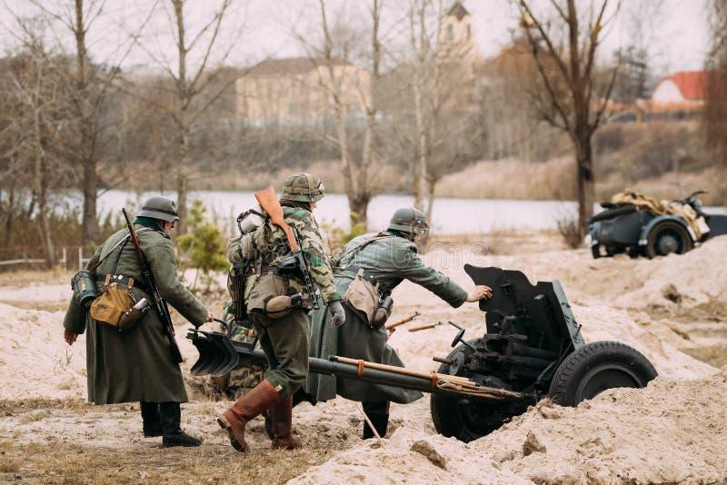 Re-enactors habillé en tant que soldats de Wehrmacht d'Allemand dans le déroulement de WWII photos libres de droits